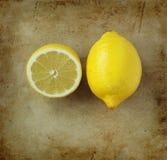 Organisk citron på en gammal lantlig stenskärbräda fotografering för bildbyråer