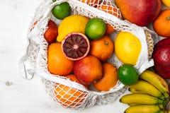 Organisk citrusfruktvariation i återvinningsbar shoppa påse för bomullsingrepp - återanvända, hållbar livsstil, nollavfalls, inge royaltyfri fotografi