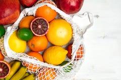Organisk citrusfruktvariation i återvinningsbar shoppa påse för bomullsingrepp - återanvända, hållbar livsstil, nollavfalls, inge royaltyfria bilder