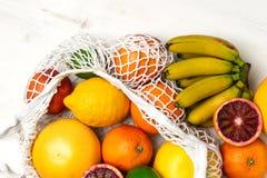 Organisk citrusfruktvariation i återvinningsbar shoppa påse för bomullsingrepp - återanvända, hållbar livsstil, nollavfalls, inge arkivbild