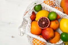 Organisk citrusfruktvariation i återvinningsbar shoppa påse för bomullsingrepp - återanvända, hållbar livsstil, nollavfalls, inge royaltyfri foto