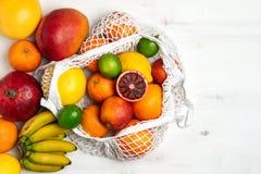 Organisk citrusfruktvariation i återvinningsbar shoppa påse för bomullsingrepp - återanvända, hållbar livsstil, nollavfalls, inge royaltyfria foton