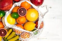 Organisk citrusfruktvariation i återvinningsbar shoppa påse för bomullsingrepp - återanvända, hållbar livsstil, nollavfalls, inge arkivbilder