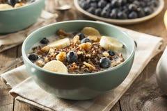 Organisk frukostQuinoa med muttrar royaltyfri fotografi