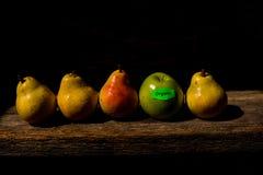 Organisk frukt på en träplanka Arkivbilder
