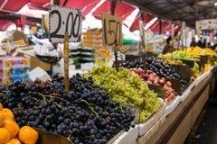 Fruktstativ på en marknadsföra Royaltyfri Foto