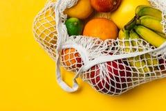 Organisk fruktvariation i återvinningsbar shoppa påse för bomullsingrepp - återanvända, hållbar livsstil, nollavfalls, ingen plas royaltyfri bild