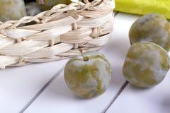 organisk grön plommon royaltyfria foton