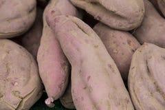 Organisk grönsak på bondemarknaden Arkivbild