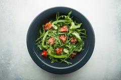 Organisk grönsaksallad med lågt - kaloriinnehåll för viktförlust Top besk?dar arkivbild
