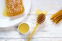 Organisk honungskaka, honungkantbalsam och naturliga vaxstearinljus Fotografering för Bildbyråer