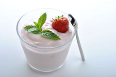 organisk jordgubbe i naturlig yoghurt och mint Arkivbild
