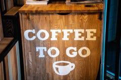 Organisk kaffesignage på ett kafé Kaffe som går inre begrepp royaltyfri foto