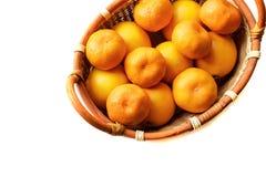 Organisk mandarin i korg på en vit bakgrund Royaltyfri Fotografi