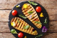 Organisk mat: grillade aubergine och tomater med örter och edibl Royaltyfri Fotografi