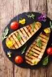Organisk mat: grillade aubergine och tomater med örter och edibl Royaltyfri Bild