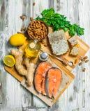 Organisk mat Laxbiffar med honung, muttrar och ingefäran royaltyfria bilder