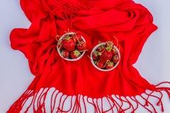 Organisk mogen jordgubbe i vita porslinpoots, bästa sikt Arkivbilder