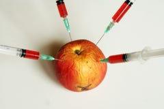 Organisk och non organisk frukt Arkivbilder