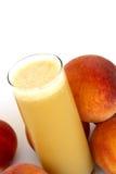 organisk persika för fruktsaft royaltyfria bilder