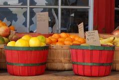 Organisk produce som är till salu, i korgar arkivfoton