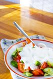 Organisk sallad som består av blandningen av nya gröna gurkor och saftiga tomater Arkivfoton