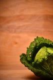 Organisk savojkål på träbakgrunden Royaltyfri Fotografi