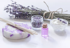 Organisk skönhetsmedel med lavendelblommor och olja på vit bakgrund Royaltyfria Bilder