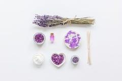 Organisk skönhetsmedel med lavendelolja på vit åtlöje för bästa sikt för bakgrund upp Arkivbilder