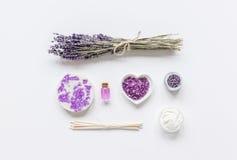 Organisk skönhetsmedel med lavendelolja på vit åtlöje för bästa sikt för bakgrund upp Royaltyfria Bilder