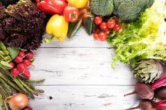 Organisk sund ren matbakgrund Olik grönsak för matfotografi på gammal ljus träbakgrund kopiera avst?nd h?gt arkivbild