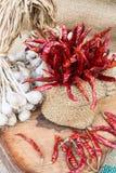 Organisk vitlök och glödhet chili Royaltyfri Bild