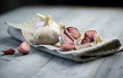 Organisk vitlök på träbakgrund Royaltyfri Bild
