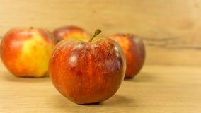 Organiska äpplen i rött Arkivbilder