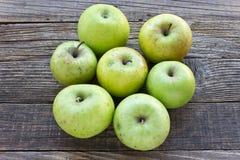 Organiska äpplen på träbakgrund arkivfoto