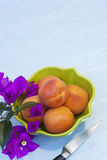 Organiska aprikors i en grön bunke Royaltyfri Foto