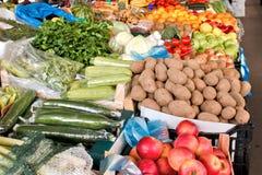 Organiska frukter och grönsaker på bondemarknad Arkivfoto