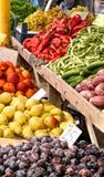 Organiska frukter och grönsaker på en gatamarknad Arkivbild