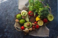 Organiska grönsaker, frukt, örter, muttrar, frö i träasken för sund livsstil Arkivfoton