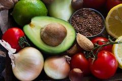 Organiska grönsaker, frukt, örter, muttrar, frö i träasken för sund livsstil Arkivfoto