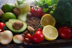 Organiska grönsaker, frukt, örter, muttrar, frö i träasken för sund livsstil Arkivbilder