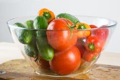 Organiska grönsaker i bunke på skärbräda royaltyfria foton