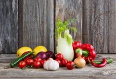 Organiska grönsaker och frukter på träbakgrund Royaltyfri Fotografi