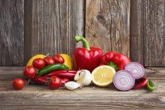 Organiska grönsaker och frukter på träbakgrund Royaltyfria Bilder