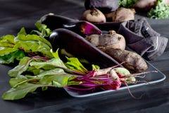 Organiska grönsaker på svart tavla Royaltyfri Foto