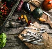 Organiska grönsaker på trä royaltyfri bild