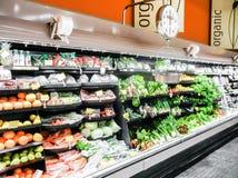 Organiska livsmedelsbutik och frukter Arkivfoto