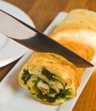 Organiska, lokala vissnade spenat och gorgonzola omelettroll Arkivfoton