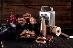 Organiska mandelkakor på mörk träbakgrund med choklad arkivfoto