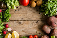 Organiska marknadsgrönsaker, gör grön och kryddor på träbakgrund arkivbilder